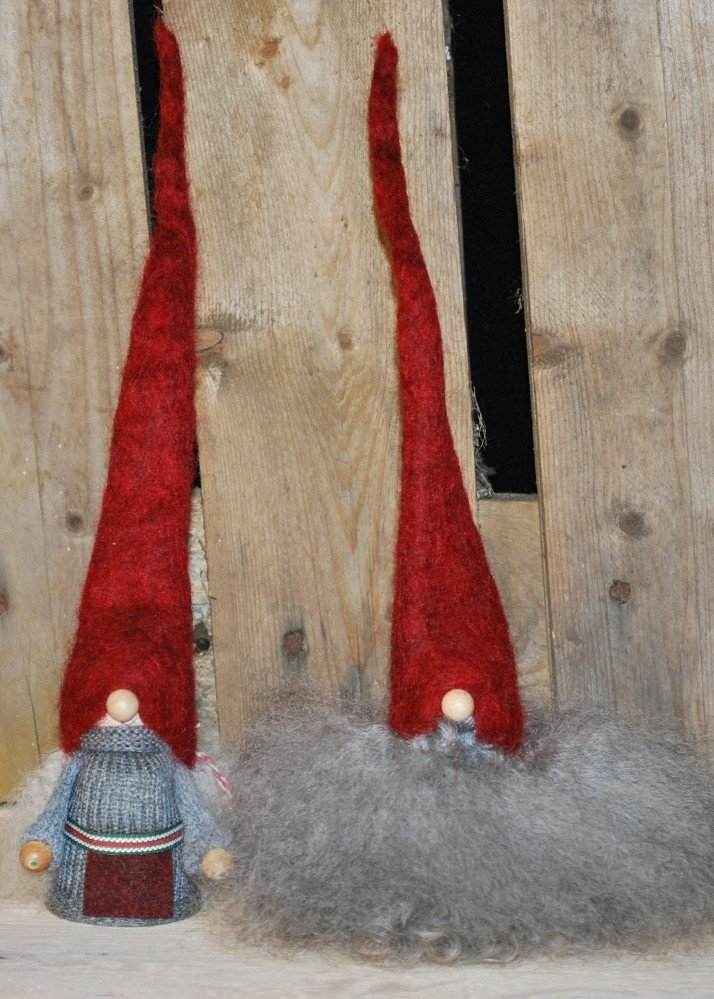 Tomtemor og skægnisse med røde huer