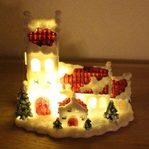 Kirke og hus med lys